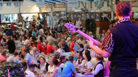 Alle zwei Jahre veranstaltet die Stadt Neuburg einen Ehrenamtsabend für die vielen Freiwilligen. Am Dienstag feierten rund 500 davon ausgelassen im Festzelt auf der Jubiläumswiesen. Für sie gab es kostenlose Getränke und Schmankerl.