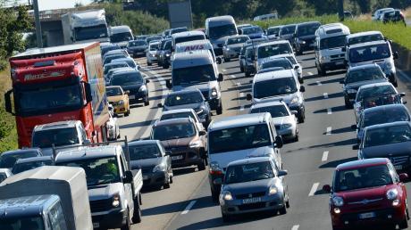 Ein heißes Wochenende im doppelten Sinne steht den Autofahrern auf der A9 bevor: Die Rückreisewelle rollt, weil im Norden die Sommerferien schon zu Ende gehen. Zudem werden erneut Temperaturen von bis zu 36 Grad erwartet.