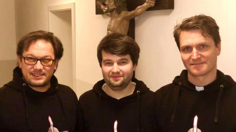 """Johannes Weise alias Bruder Martin (rechts) war ab September 2014 als priesterlicher Mitarbeiter den Pfarreien Nassenfels, Egweil, Ochsenfeld und Meilenhofen zugeordnet. Die beiden anderen """"Kreuzbrüder"""" Kai Röder alias Bruder Clemens (links) und Jonathan Veith alias Bruder Justin kamen im Februar 2015 nach Egweil."""