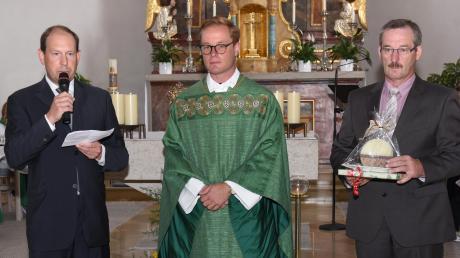 Florian Leppert (Mitte) wurde von Peter Lehenmeier (links) und Berthold Mertel in der Pfarrei willkommen geheißen. <b>Foto:</b> <b>Peter Gabler</b>