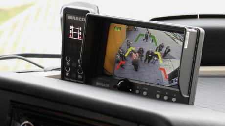 Mit Hilfe gleich mehrere Kameras, die auf diverse Bildschirme im Cockpit übertragen werden,verringert sich der tote Winkel des Lkw-Fahrers auf ein Minimum.