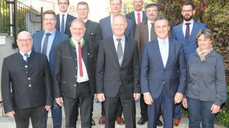 Sebastian Glener (hintere Reihe 3. von links) war auch bei der konstituierenden Sitzung des Verwaltungsrates im Bürgerhaus der Marktgemeinde Burgheim mit dabei und stellte sich zusammen mit den Bürgermeistern und Vertretern des Landratsamtes und des Beratungsbüros Popp zum Gruppenfoto auf.