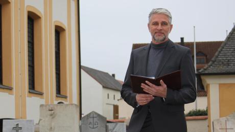 """Jürgen Weingart in Dienstkleidung auf dem Friedhof in Nassenfels. Der 55-Jährige ist Trauerredner und übernimmt damit auch die Beerdigungen bei Menschen, die aus der Kirche ausgetreten sind. Sein Credo: """"Jeder Mensch hat das Recht auf einen würdevollen Abschied."""""""