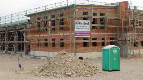 So sieht der Rohbau des neuen Feuerwehrhauses in Königsmoos aus. Ende 2019 soll es nach derzeitigem Stand fertig sein.