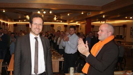 Peter von der Grün (links) wurde mit überwältigender Mehrheit zum Landratskandidaten der Freien Wähler nominiert. Stehenden Applaus gab es dabei auch vom Vorsitzenden der Kreisvereinigung der Freien Wähler, Florian Herold.