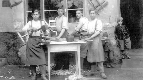 In den 1950ern blickt Max Kempfle der Dritte, der heutige Chef von Kempfle Küchen, als kleiner Steppke (rechts) den Gesellen und Lehrlingen seines Vaters bereits über die Schulter.