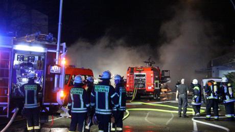 In der Nacht auf Donnerstag hat es in einem Lentinger Betrieb gebrannt. Die Rettungskräfte waren mit rund 120 Personen im Einsatz, zwei Mitarbeiter des Unternehmens wurden verletzt.