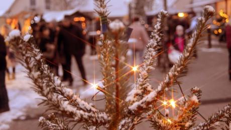 Auf den verschneiten Dorfplatz lockte am Sonntag der achte Weihnachtsmarkt die Obermaxfelder Bürger.