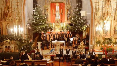 Das Adventskonzert in der Pfarrkirche Mariä Heimsuchung stimmte nicht nur akustisch auf das Fest ein, sondern auch durch die Illuminierung.