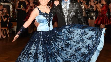 In einem Traum aus Blau schwebte Prinzessin Marlene (Guppenberger) aus Unterstall zusammen mit ihrem Prinzen Sebastian (Weidacher) aus Irgertsheim über den Tanzboden.