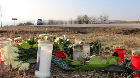 Rosen und Kerzen säumen den Straßenrand an der Staatsstraße 2035 zwischen Ehekirchen und Rohrenfels. Dort starben bei einem Verkehrsunfall am Samstagabend zwei junge Männer.