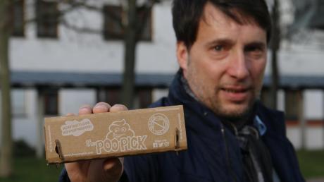 Ulrich Auburger will die Poopicks im Landkreis etablieren. Die Kartonboxen bestehen aus recyceltem Papier und werden von Menschen mit körperlicher Behinderung in der Nordeifel zusammengefaltet.