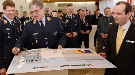 Sie freuen sich über die große Spende: (von links) Oberstleutnant Karsten Reimann, Oberst Stefan Schmid-Schickardt und Artur Klein.