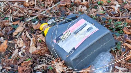 Ein Unbekannter hat über einen längeren Zeitraum Abfälle im Wald bei Osterberg entsorgt, darunter auch Ölkannen.