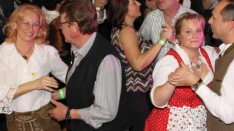 In Scharen kamen tanzbegeisterte Paare auf die Tanzfläche.