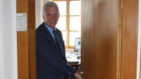 Macht die Bürotüre ein letztes Mal zu: Willi Riß, Leiter Zentrale Angelegenheiten im Landratamt und lange Jahre engster Mitarbeiter von Landrat Roland Weigert, ist ab Montag offiziell in Ruhestand.