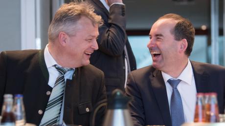 Staatssekretär Roland Weigert (links) versteht sich ganz offensichtlich prächtig mit seinem neuen Chef. Mit Wirtschaftsminister Hubert Aiwanger scherzt er vor einer Kabinettssitzung in der bayerischen Staatskanzlei. Im Hintergrund ist Wissenschaftsminister Bernd Sibler (CSU) zu sehen.