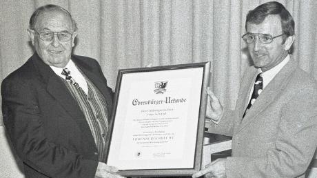 Sein Nachfolger Hubert Landsberger überreichte Otto Schmid (links) 1997 die Urkunde, die ihn als Ehrenbürger von Weichering auszeichnete.