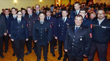 14 neue Kommandanten und Stellvertreter stellten sich der Versammlung vor, mit dabei war auch der neue THW-Ortsbeauftragte Frank Pfeffer (rechts).