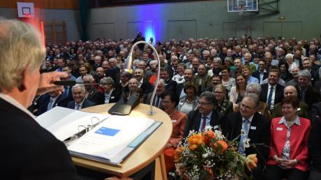 Karlshulds Bürgermeister Karl Seitle sprach ein Grußwort auf der Generalversammlung der Raiba Donaumooser Land in der mit fast 600 Mitgliedern gefüllten Mehrzweckhalle.