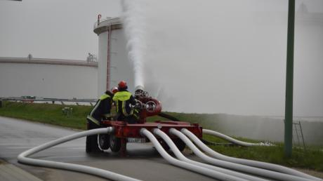Wasser marsch: Am Mittwoch unterzog die Transalpine Ölleitung ihr neues Feuerlöschsystem einem Probelauf. Das Unternehmen hat 8,5 Millionen Euro investiert, um sein Tanklager bei Lenting noch sicherer zu machen.
