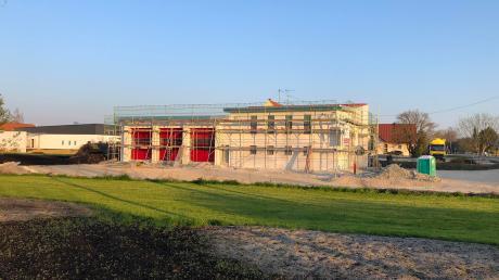 Die drei roten Tore deuten schon auf das Feuerwehrhaus hin, das in Stengelheim an der Neuburger Straße entsteht. Mit über einer halben Million Euro handelt es sich in diesem Jahr um eine der größten Investitionen, die die Gemeinde Königsmoos tätigt.