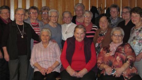 Damals und heute: 24 Damen absolvierten 1959 erfolgreich die Landwirtschaftsschule in Neuburg. Ihre feschen Dirndl nähten sie selber. Nach 60 Jahren trafen sich 16 von ihnen in Bayerdilling wieder.