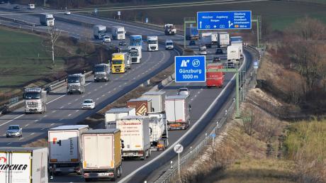In einem Stau nach einem Unfall auf der A7 nötigte ein Lastwagenfahrer einen anderen.