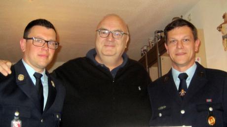 Feuerwehrreferent Hans Mayr (Mitte) bedankte sich beim Vorsitzenden Bernhard Hillebrand (rechts) und Ortskommandant Michael Ebert.