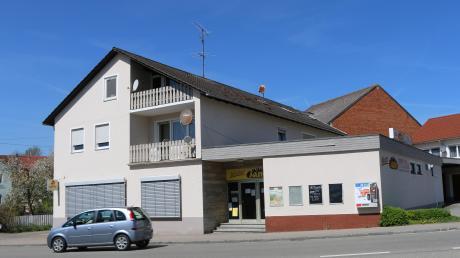 Ende 2014 hat die Bäckerei in Rohrenfels geschlossen. In den Räumen sollte ein Dorfladen mit Café und Postfiliale entstehen. Doch aus den Ideen wurde nichts. Jetzt hat ein Gastronom das Gebäude gekauft und will dort ein Lokal eröffnen.
