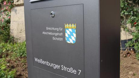 Wird kritisiert: Das Eichstätter Abschiebegefängnis, das in der Universitätsstadt direkt gegenüber dem Bahnhof steht.