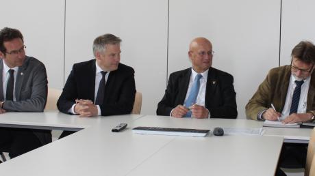 Vertreter der Kommunen und Landkreise unterzeichneten die interdisziplinäre Vereinbarung zum Kinderschutz im Dienstleistungszentrum des Landratsamts Eichstätt: Peter von der Grün (Neuburg-Schrobenhausen), Christian Lösel (Ingolstadt), Anton Knapp (Eichstätt) und Pfaffenhofens Landrat Martin Wolf (v.l.).