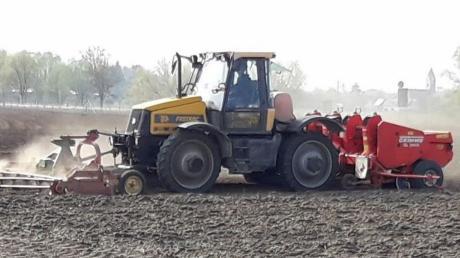 Martin Moosheimer mit Schlepper und Legemaschine im Einsatz: Der Landwirt aus Weichering hat sich auf Pflanzkartoffeln spezialisiert und baut auf seinen Flächen 14 Sorten an.