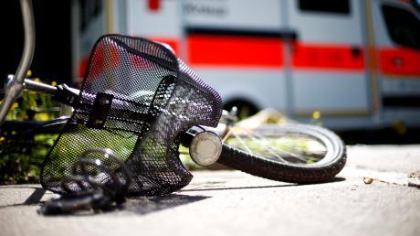 Mit mittelschweren Kopfverletzungen ist eine junge Frau aus Tussenhausen ins Krankenhaus gebracht worden.