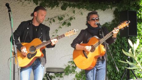 Der russische Gitarrist Vladimir Spiridonov spielte zusammen mit der amerikanischen Musikerin McKinley Black.