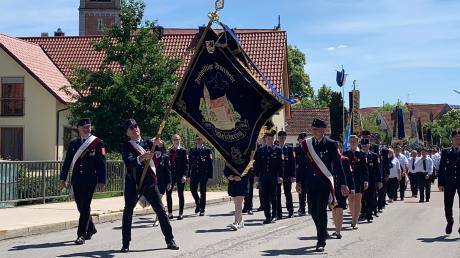 Am Kirchenzug anlässlich der 100-Jahr-Feier nahmen alle Vereine teil, die Weicheringer Unterviertl-Musi und die Blaskapelle Ehekirchen sorgten für die musikalische Begleitung.