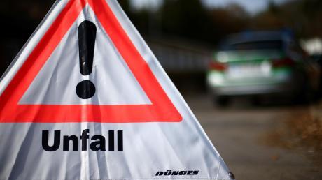 Gleich mehrmals hat sich ein 19-Jähriger mit seinem Auto bei Indersdorf überschlagen. Er und seine 20-jährige Beifahrerin wurden ins Krankenhaus gebracht.