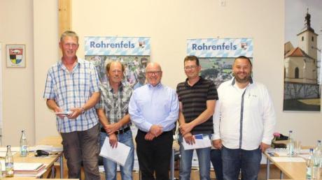 Die neuen Feldgeschworenen: (von links) Alexander Greiml und Siegfried Griebel sind für Ballersdorf aktiv, Josef Neff und Lukas Frank für Rohrenfels. Mit der MItte steht Bürgermeister Wigbert Kramer.