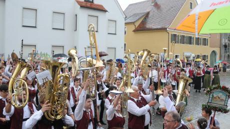 Nach dem Instrumentengruß ging es im Eiltempo ins Trockene. Vorne die Gastgeber, rechts die gemeinsam auftretenden Kapellen aus Bergen und Wellheim, dann die Oberhausener.