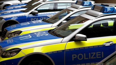Die Polizei ermittelt gegen einen 42-jährigen Mann. Er soll einen 56-Jährigen tödlich verletzt haben.