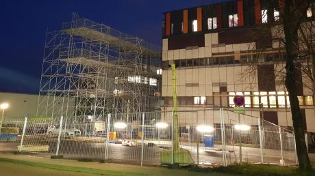 Das Klinikum Ingolstadt wird gerade generalsaniert. Wie diese künftig weiter vorangetrieben wird, soll nun nochmals überdacht werden, wie die Geschäftsführung des Klinikums am Mittwoch mitteilte.