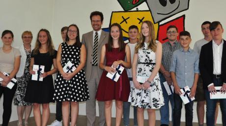 Die Besten des Landkreises aus dem Bereich der Mittelschulen wurden in Karlshuld geehrt. Von Landrat Peter von der Grün (Mitte) erhielten die Absolventen als Anerkennung ein Fachbuch.