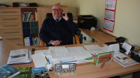Der Rohrenfelser Bürgermeister Wigbert Kramer an seinem Arbeitsplatz in der Gemeindeverwaltung. Ein Nachfolger für den 69-Jährigen wird händeringend gesucht.
