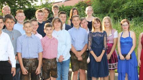 Klassenleiter Christoph Raba (ganz oben 2. von links) blickte zufrieden auf seine Schützlinge, die alle den Mittelschulabschluss geschafft hatten, und die letzten zwei, gemeinsamen Jahre.