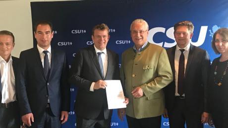 Innenminister Joachim Herrmann (Vierter von links) zusammen mit den Landtagsabgeordneten Karl Straub.