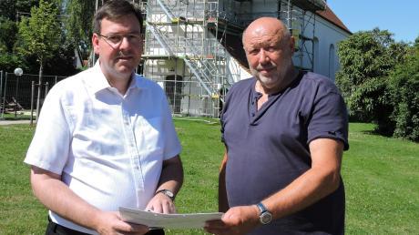 In zwei Monaten soll die Illdorfer Kirche in neuem Glanz erstrahlen. Dekan Werner Dippel (links) und Kirchenpfleger Gerhard Köhler sind optimistisch, dass die Pläne eingehalten werden.