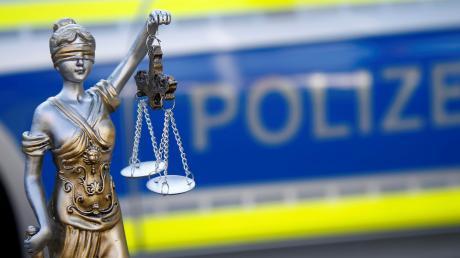 Ein 37-jähriger Mann, der im Verdacht steht, wiederholt im Freibad in Schrobenhausen Kinder und jugendliche Mädchen sexuell belästigt zu haben, ist am Freitagvormittag festgenommen werden.