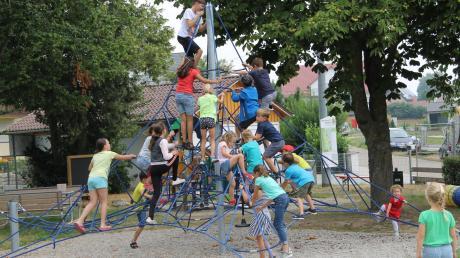 """Der Kinderspielplatz """"Schneekönigin"""" wurde bei einer kleinen Feier seiner Bestimmung übergeben. Nachdem einige der Kinder das Absperrband durchschnitten hatten, stürmten sie die neuen Spielgeräte."""
