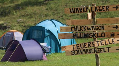 """Dutzende Zelte reihen sich neben den Workshops aneinander. In diesem Jahr steht das Camp im Urdonautal unter dem Motto """"Wilder Westen""""."""