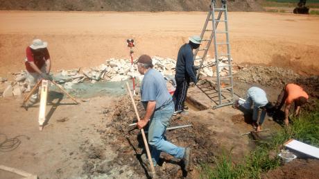 Jahrtausende sind die Funde in Ehekirchen alt, feststellen konnten die Forscher das unter anderem an dem Umfeld im Boden, aus dem die Funde geborgen wurden. Da bei den Ausgrabungen die Schichtung des Bodens immer zerstört wird, müssen die Arbeiter dies dokumentieren, so wie hier: mit Fotos und Vermessungen.